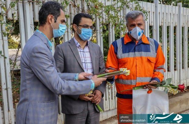 گزارش تصویری؛ تجلیل جمعی از اصحاب رسانه بسیجی فارس از تعدادی پاکبانان شهر شیراز