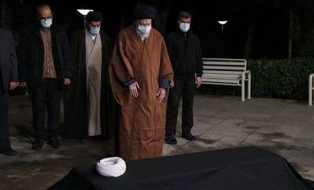 رهبر انقلاب سحرگاه امروز بر پیکر علامه مصباحیزدی نماز اقامه کردند