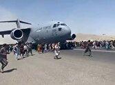 ویدئویی باور نکردنی از فرودگاه کابل و سوار شدن روی هواپیمای در حال حرکت!