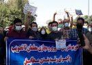 تجمع صنفی معلمان فارس در اعتراض به اجرا نشدن طرح رتبهبندی معلمان/ بوسه نجابت بر دستان معلم معترض